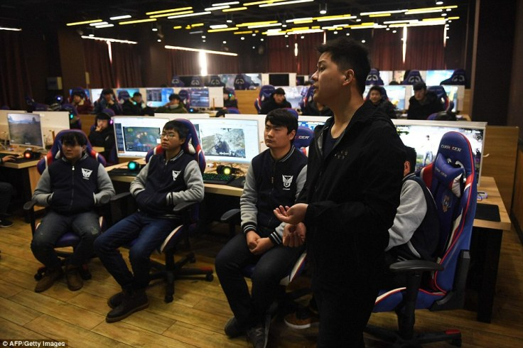 498001B800000578-5425149-Teacher_Yang_Xiao_explains_game_techniques_to_his_students_who_w-a-13_1519387179438